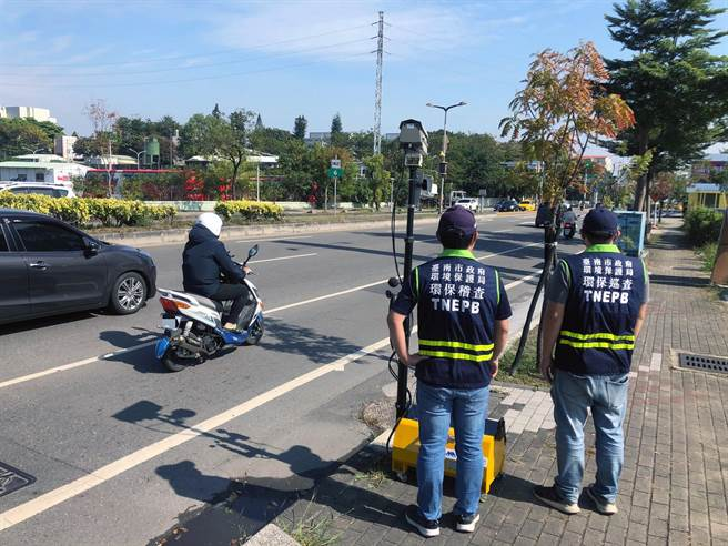 台南市政府環保局在全市機動架設「聲音照相」儀器取締高噪音汽、機車。(本報資料照片)