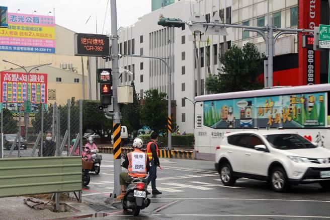 台南市政府交通局在中西區中山路、西華南街口試辦智慧安全路口以來,逆向行駛違規大幅降低67%。(交通局提供/洪榮志台南傳真)