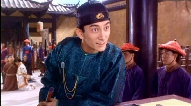 吳啟華當年在周星馳電影《九品芝麻官》飾演方唐鏡。(圖/《九品芝麻官》劇照)