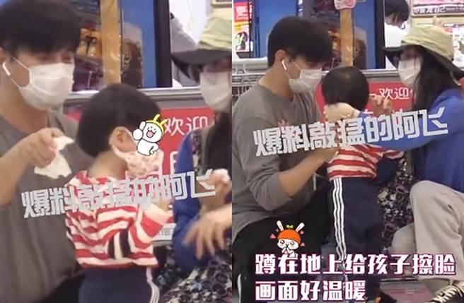 吳奇隆、劉詩詩同步蹲下幫兒子擦臉。(圖/翻攝自新浪娛樂微博)