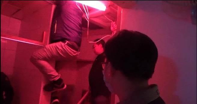 嫖客還一度躲到天花板上,但還是遭逮。(新竹市專勤隊提供/陳育賢新竹傳真)