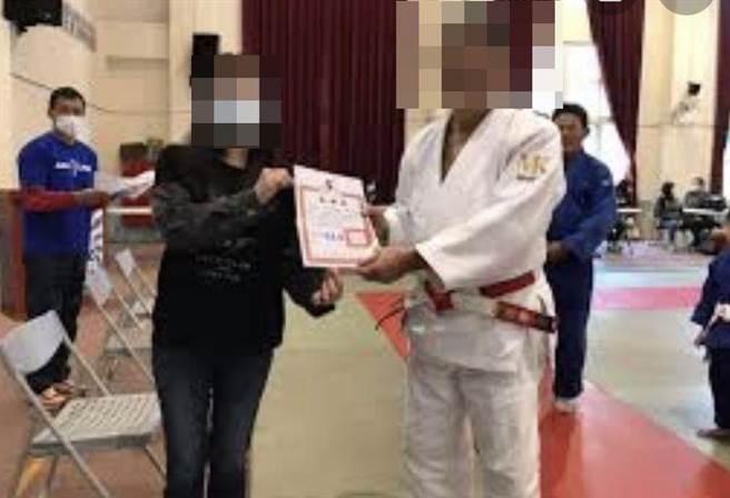 何姓教練(右)重摔7歲男童瀕腦死,涉嫌過失傷害,遭羈押禁見。(王文吉攝)