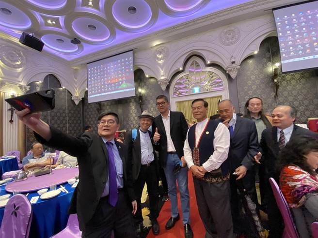 國民黨智庫副董事長連勝文28日出席參加中華民國鄉鎮市長聯合促進總會會員大會,很多人爭相合照。(盧金足攝)