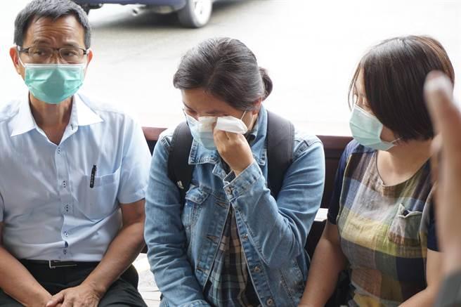 柔道童母親(中)聲淚俱下拜託社會大眾不要再指責舅舅及四年級學童。(王文吉攝)