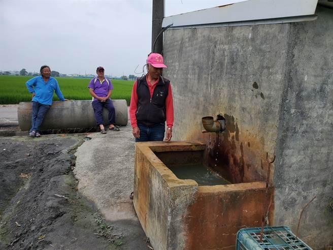 西螺老農打開抽水馬達,幾乎抽不到水,水源非常微弱。(周麗蘭攝)
