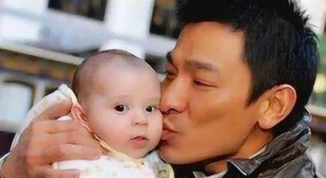 刘德华当年亲的男婴就是谢霆锋。(图/微博)