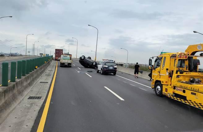 台61線車禍,賓士休旅車撞到四輪朝天變「烏龜翹」。(照片來源:記者爆料網)