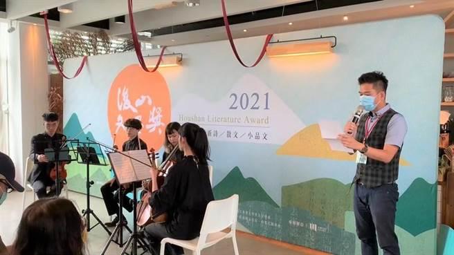由2020新詩類社會組第1名得主李佳棟朗讀去年得獎的作品《環礁裡的提琴》,及國立台東大學音樂學系的小提琴演奏為活動揭開序幕。(蔡旻妤攝)