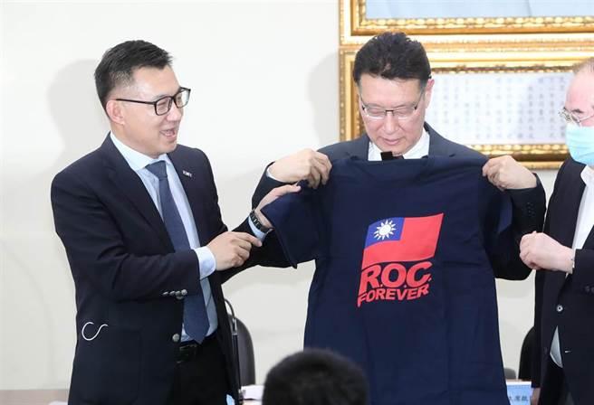 國民黨主席江啟臣(左)在演講後特別贈送一件繡有中華民國國旗的T恤,寫著永遠的中華民國英文字樣,表達感激之意。(鄭任南攝)