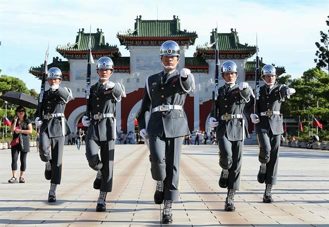 駐守在台北市忠烈祠的陸軍儀隊,進行衛兵交接儀式。(本報系資料照片)