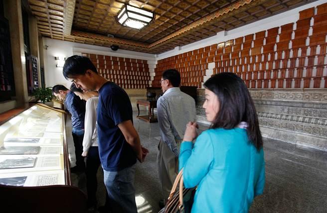台北市忠烈祠內部的烈士牌位前,有陳列史蹟供民眾閱覽。(本報系資料照片)