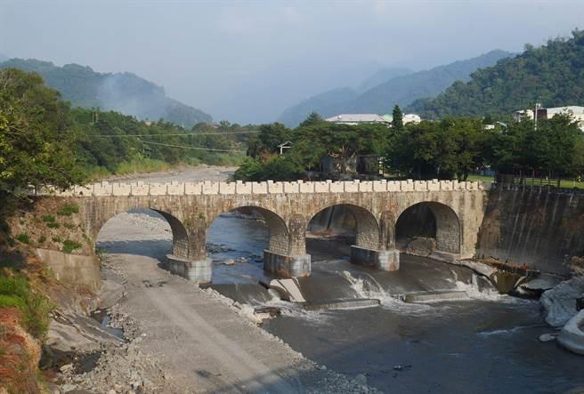 北港溪目前仍流水潺潺與糯米橋構築獨具特色的觀光景點。(糯米橋休閒農業區理事長黃國峰提供)