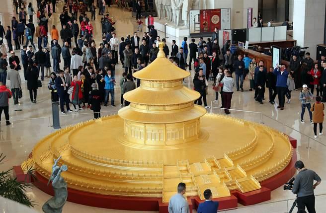 由中國紫檀博物館製作的「著名古建築天壇祈年殿製作模型」捐贈收藏儀式在中國國家博物館舉行。祈年殿模型整體結構完全以原建築物為準,選用珍貴的緬甸柚木,手工貼三層24K99金箔;模型以1:10的比例,並採用中國傳統的榫卯結構雕制而成,直徑9公尺,高3.8公尺。(中新社)