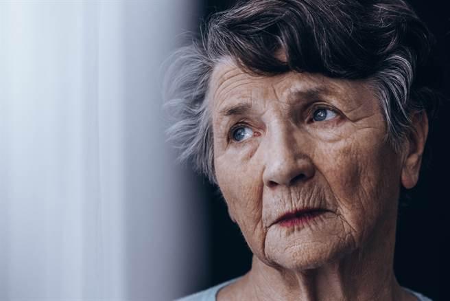 跟外婆相處的最後一年。(示意圖/Shutterstock)