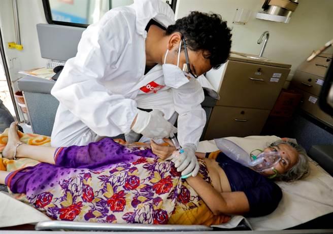 印度新冠疫情居高不下,醫學系學生工作爆量,出現症狀還得繼續上工。(圖/路透社)