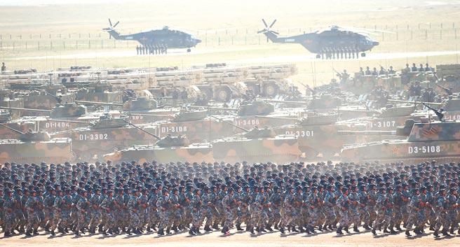 中國人民解放軍2017年7月30日於八一建軍90周年前夕,於內蒙古朱日和訓練基地舉行閱兵。新出爐的日本《外交藍皮書》對中國軍力擴張感到強烈擔憂。(新華社)