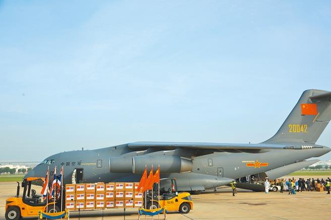 大陸近年許多非戰爭軍事行動中,運-20的身影越來越多。圖為2020年5月解放軍派運-20運輸機向泰國援助防疫醫療器材和物資。(中新社)
