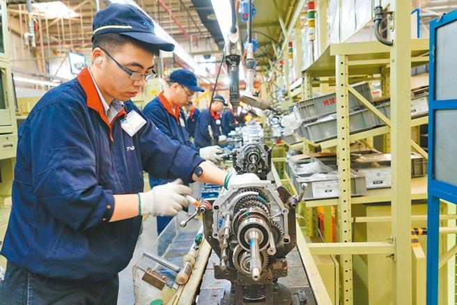 大陸今年首季工業企業利潤比去年同期增長137%,圖為河北一家汽車變速箱生產企業的生產線。(新華社)