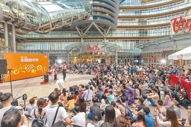 Big City遠東巨城購物中心今天歡度10歲生日,巨城統計,開幕至今來客數超過1.2億人次,10年來的營業額更是達到近千億元。(陳育賢攝)