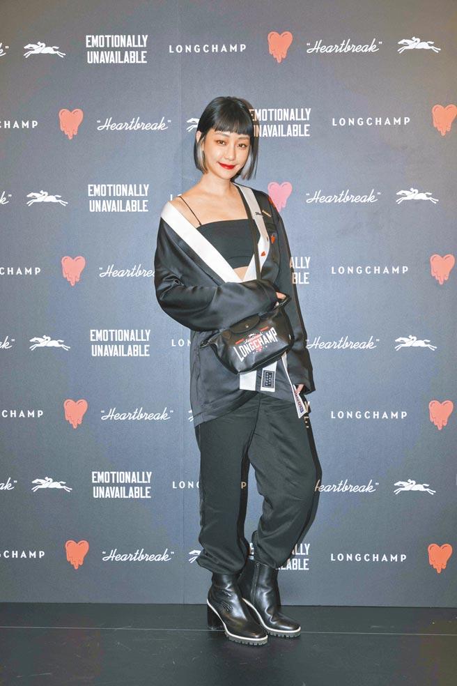 謝欣穎身穿Longchamp x EU 聯名系列和服式上衣1萬1900元、春夏棉質運動長褲1萬4200元、黑色踝靴2萬5800元、Le Pliage Cuir迷你手提包1萬7800元。(Longchamp提供)