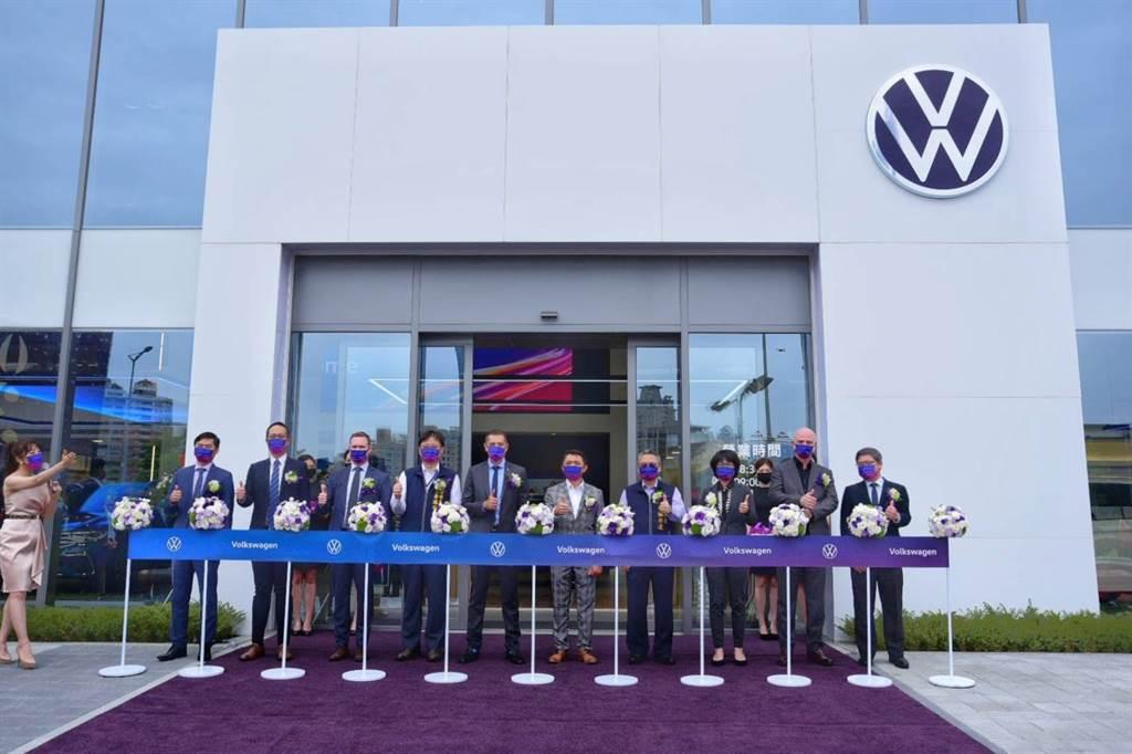 台灣福斯汽車總裁Sacha Askidjian(左5)、太古汽車集團營運總監高振榮(右5)共同開幕剪綵。