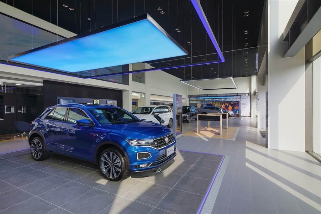 內部展示空間高達500坪,所有設計採用多元化色彩、燈光或天幕展現自信活力。