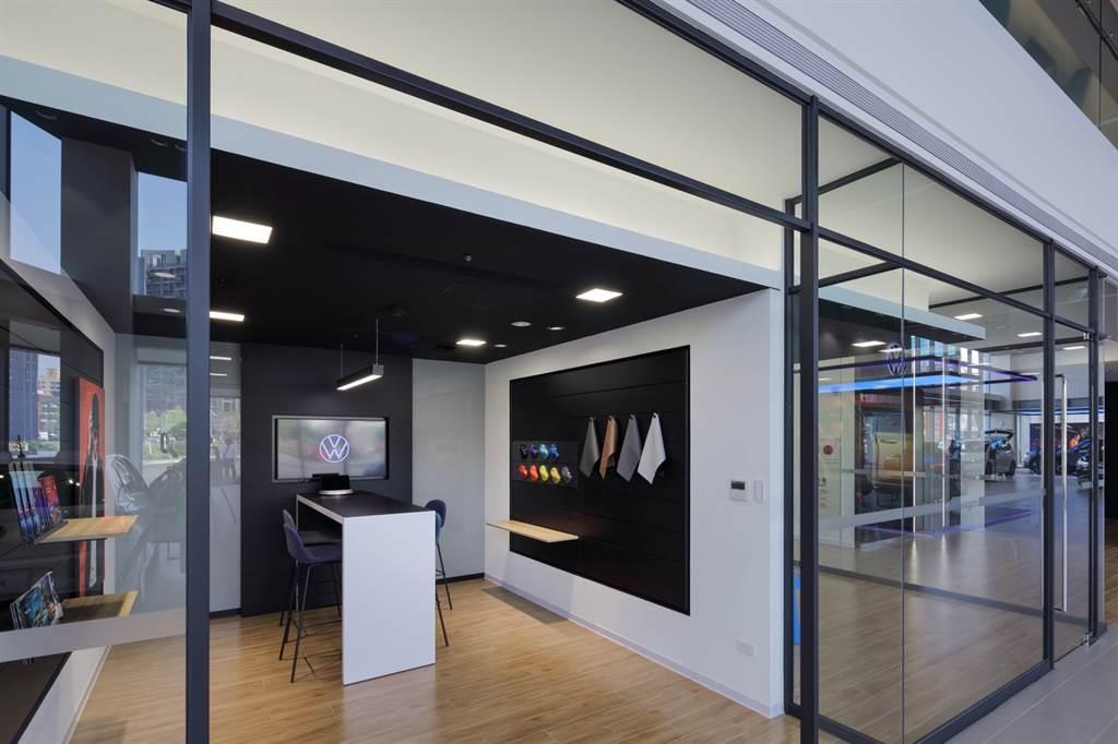 各樓層按照不同功能屬性闢建出新車展示銷售、精品配件展示區等多場域空間,提供消費者原廠精品選購。