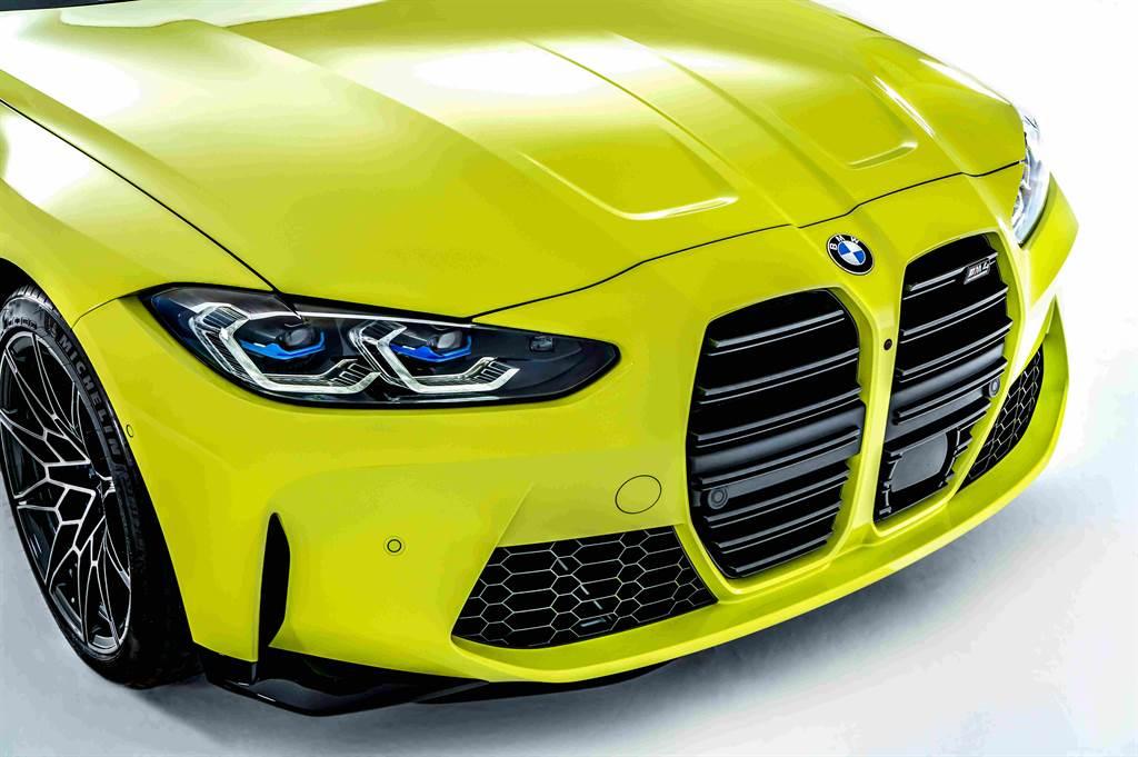首創無邊框橫格柵造型的加大雙腎型水箱護罩與引擎蓋隆起的霸氣設計,出場即佔領所有目光視線。