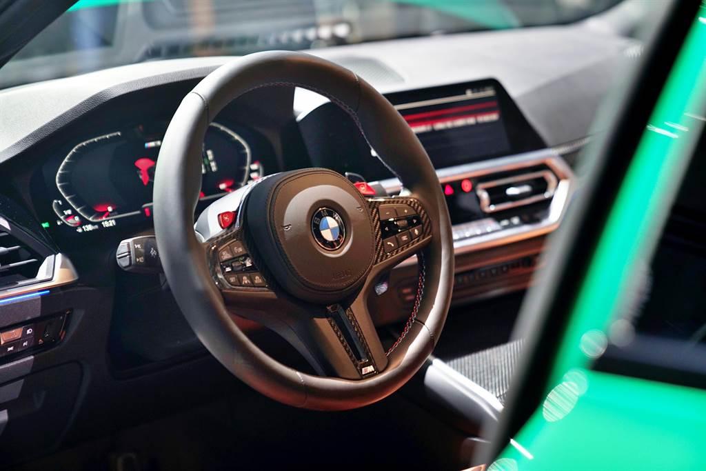 搭配大量的M專屬語彙與碳纖維材質運用的車室空間,充滿競技感也符合人體工學,讓駕駛全心專注於每一次的操駕體驗。