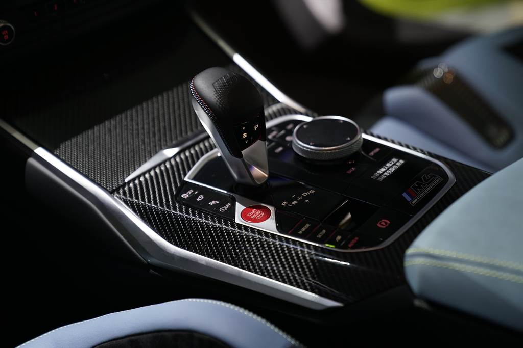 壓印M Logo與經典三色縫線的全新造型排檔桿,營造出令人熱血沸騰的車室氛圍。