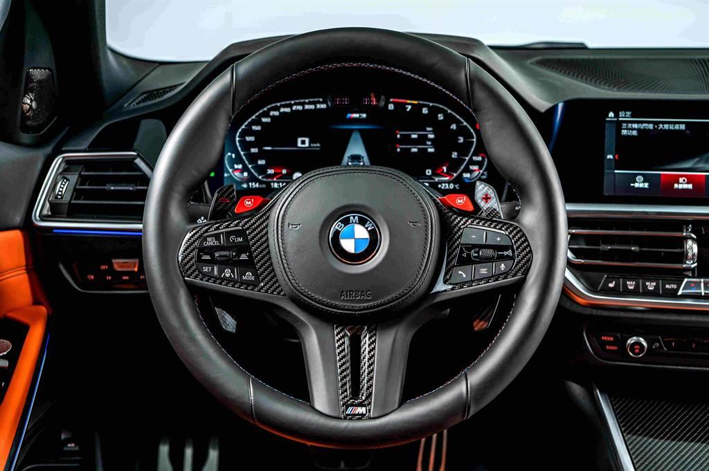 M專屬多功能真皮方向盤除了擁有讓駕駛更精準換檔與提速的換檔撥片外,兩側的紅色M Drive(M1/M2)模組化快捷記憶鍵更提供兩組個人化駕駛動態設定。