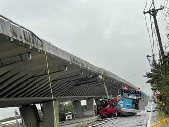 台61線化學槽車翻覆 墜落10米地面四輪朝天