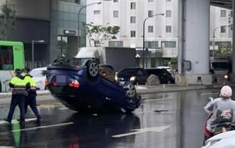 下雨视线不清?小客车擦撞分隔岛翻车 女驾驶送医