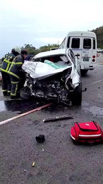 台東南迴公路小巴、休旅車對撞 1女受困2男受傷