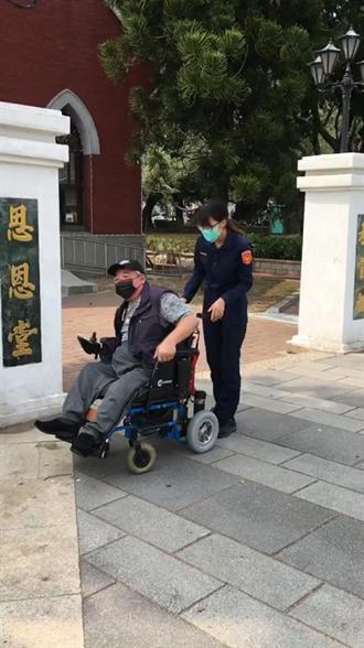 身障人士輪椅沒電求助 警徒手推回充電助返家