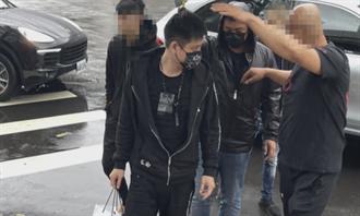 趙介佑仇家投案排場超狂 搭名車還有13小弟撐傘護送進警局