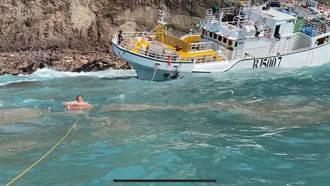 屏東漁船擱淺小蘭嶼 海巡隊急援脫困