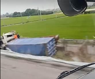 國道1號北斗段 貨櫃車衝下邊坡翻車1人傷