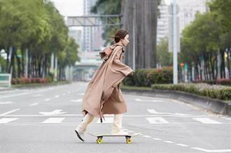 田馥甄玩滑板不熟練慘摔 大秀狂舞被虧「巫女上身」