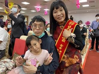 左手拉拔3孩子長大 桃園樂觀身障婦獲頒模範母親