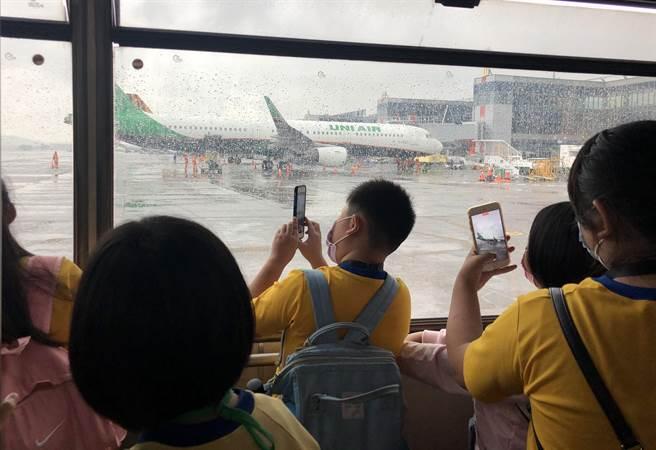 南投竹山的學童們北上參訪,深入旅客不易靠近的空側近距離觀察飛機。(南投縣政府提供)
