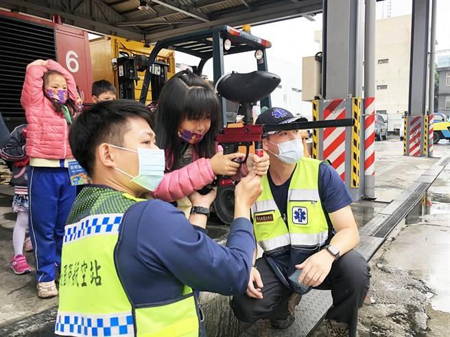 台北航空站警察叔叔們,還教小朋友瞄準與射擊等。(南投縣政府提供)