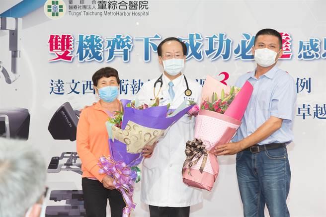 鄭女士與兒子贈送花束感謝鄭伯智副院長。 (童醫院提供)
