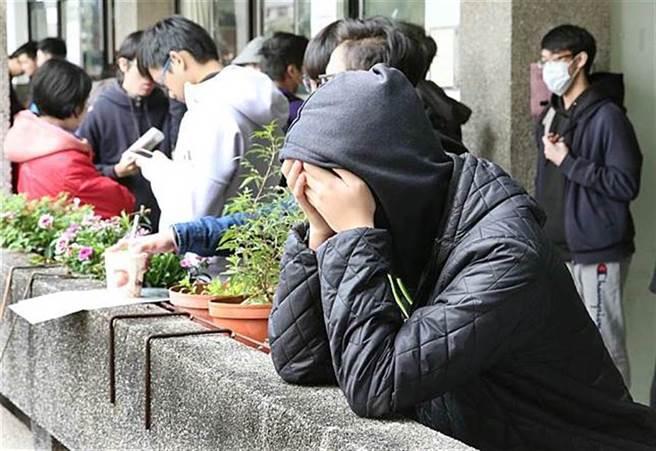 男學測考45級分,申請亞洲大學備取,卻靠著繁星錄取高醫牙,讓台大生看傻。(示意圖/本報資料照、姚志平攝)