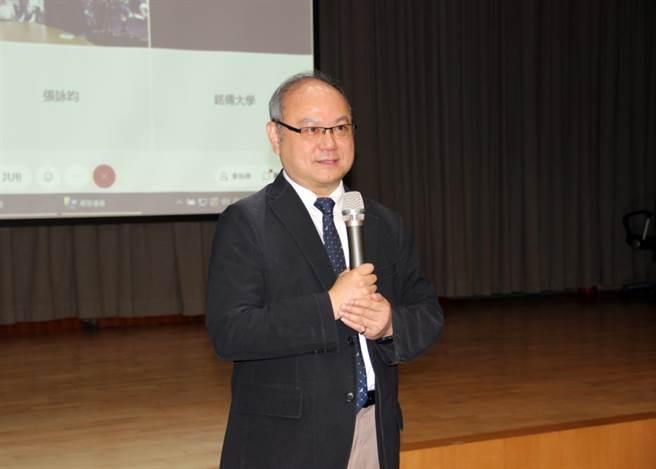 龍華科大校長葛自祥介紹張善政講座,感謝為師生帶來有趣的腦力激盪。(圖/龍華科技大學提供)