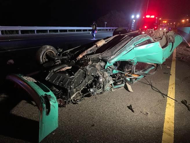 楊男駕駛的自小客車擦撞護欄後翻覆,車體嚴重變形。(翻攝照片/張亦惠嘉縣傳真)