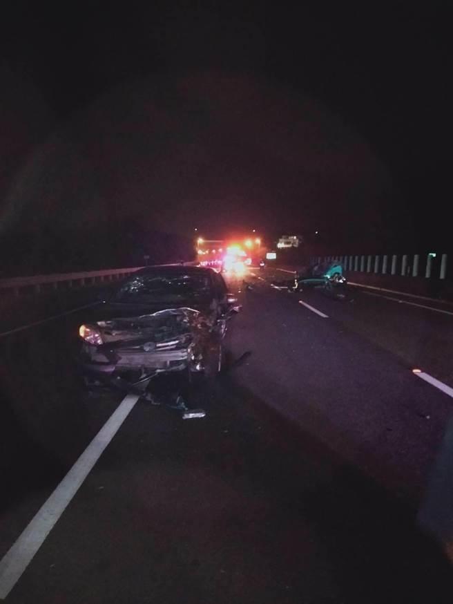 後方閃避不及撞上的黑色自小客車車頭毀損嚴重。(翻攝照片/張亦惠嘉縣傳真)