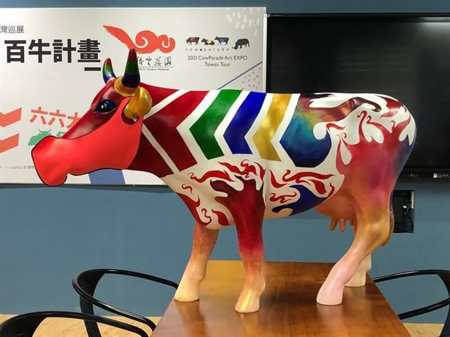 玄奘牛戴上由時尚設計學系黃奎祐老師設計的口罩。(圖/玄奘大學提供)
