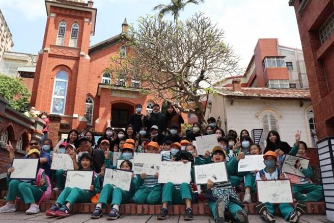銘傳大學傳播學院USR團隊3月26日陪同淡水國小美術班的小朋友們一起走出教室,進行寫生活動。(圖/銘傳大學提供)