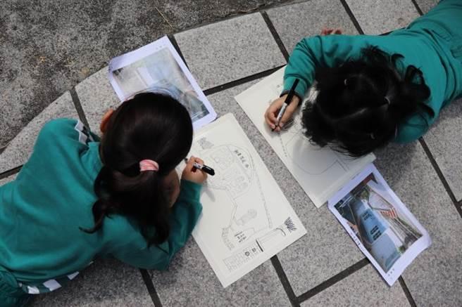 小朋友們現場看著建築或景物開始寫生,透過不同角度一筆一畫的描繪出自己眼中的風景。(圖/銘傳大學提供)
